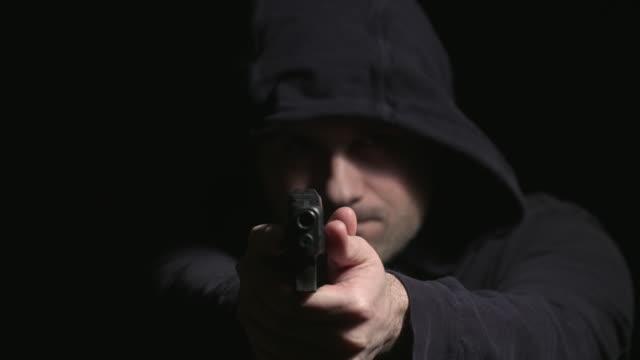 hooded man går upp och poäng gun - hotelse bildbanksvideor och videomaterial från bakom kulisserna