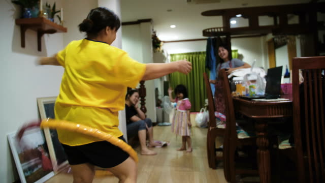 Hoola Hoop Family video