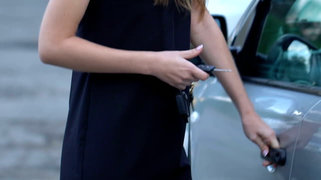 хулиган нападает на женщину, угрожая ножом, покушением, медленно-мо - вор стоковые видео и кадры b-roll