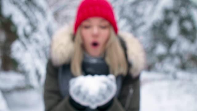 vídeos de stock, filmes e b-roll de espero que meus sonhos se torna realidade - moda de inverno