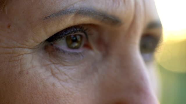 stockvideo's en b-roll-footage met hopeloos senior vrouw op zoek naar camera, zorgen te maken over toekomstige, close-up - vrouw verdrietig