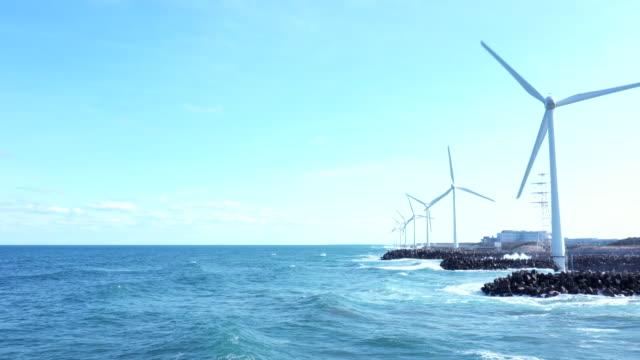 horisont och många väderkvarnar - vindsnurra jordbruksbyggnad bildbanksvideor och videomaterial från bakom kulisserna