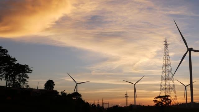 水準軸風力渦輪機,風力渦輪機和電力線對日落。 泰國菲查蒙省考霍區的清潔能源系統。 - 東南 個影片檔及 b 捲影像