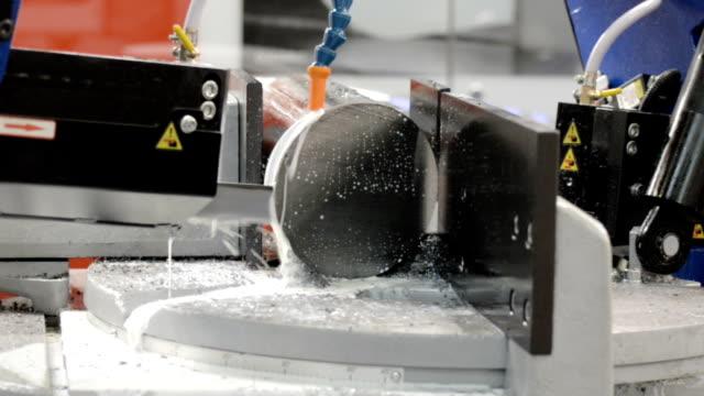 eine horizontale bandsäge maschine sägt einen dicken metall kreis - bandsäge stock-videos und b-roll-filmmaterial