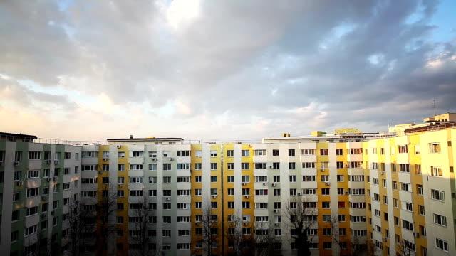 horizontales panorama einiger wohnungen in einem block - kommunismus stock-videos und b-roll-filmmaterial