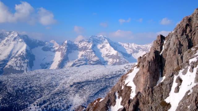 수평계 파노라마 광범위한 산맥 겨울. 힐스 덮힘 - mountain top 스톡 비디오 및 b-롤 화면