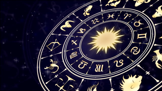 vídeos de stock e filmes b-roll de horoscope wheel, zodiac circle on the dark background with glowing particles - astrologia
