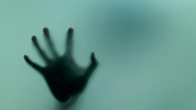 vídeos de stock, filmes e b-roll de mão horrível - horror