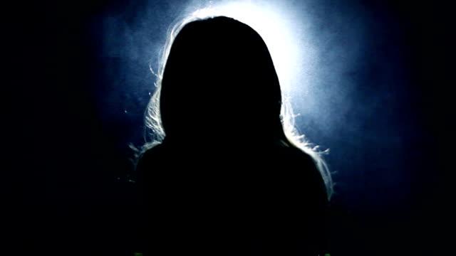 fasa.  flicka i ett mörkt rum framför ljus från lyktan - fruktan bildbanksvideor och videomaterial från bakom kulisserna