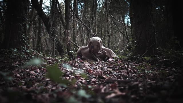 4K Horror espantapájaros con máscara de arpillera arrastrándose - vídeo