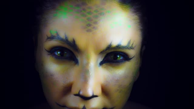 4k horror serpent makeup woman appears from darkness - ветхий завет стоковые видео и кадры b-roll