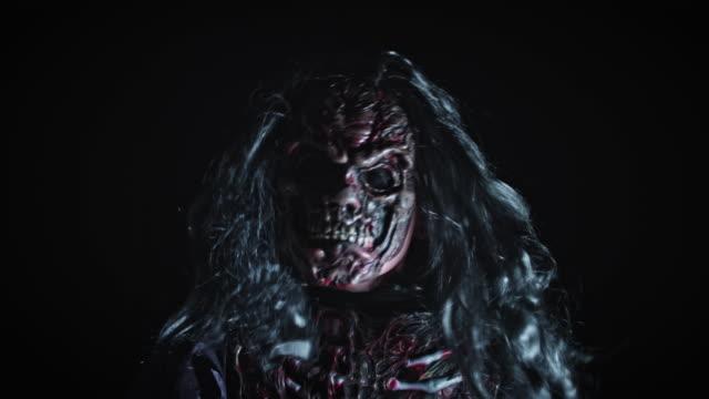 4K horreur coup de Zombie se déplaçant rapidement et bizarre - Vidéo