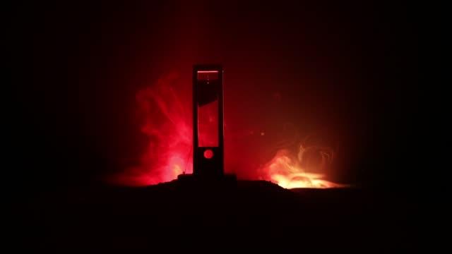 horror-ansicht der guillotine. mensch im guillotine auf einem dunklen nebligen hintergrund. ausführung-konzept - geköpft stock-videos und b-roll-filmmaterial