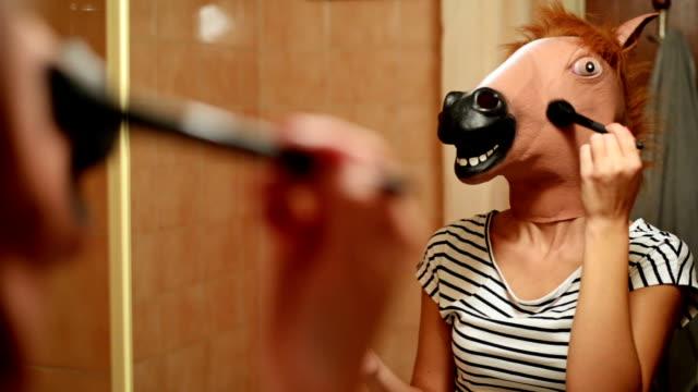 stockvideo's en b-roll-footage met paard hoofd masker. - mirror mask