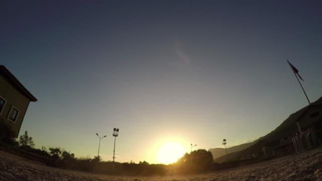 cavallo salto ostacolo al tramonto, silhouette di cavaliere - sella video stock e b–roll