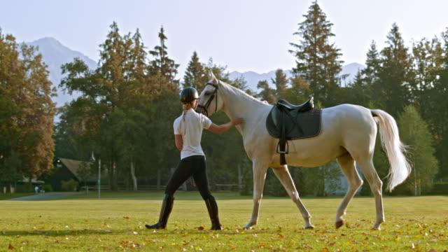 SLO, dans le Missouri, DS équitation instructeur à cheval à l'école park - Vidéo