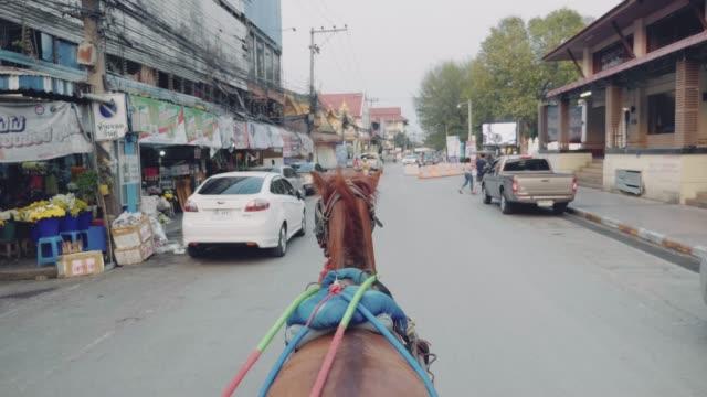 ランパーンの路上での馬のタクシー ビデオ