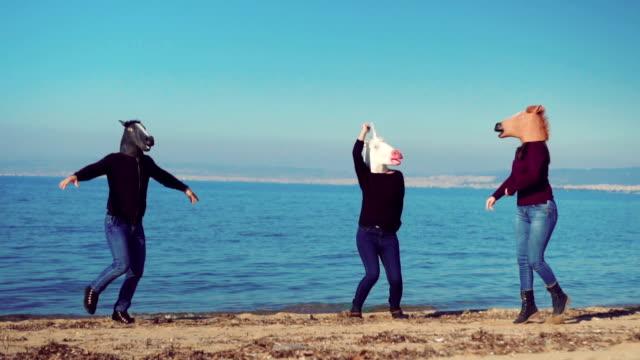 Cavalos dançando na praia - vídeo
