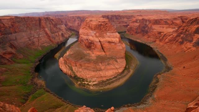horseshoe bend overview in arizona - horseshoe stock videos & royalty-free footage