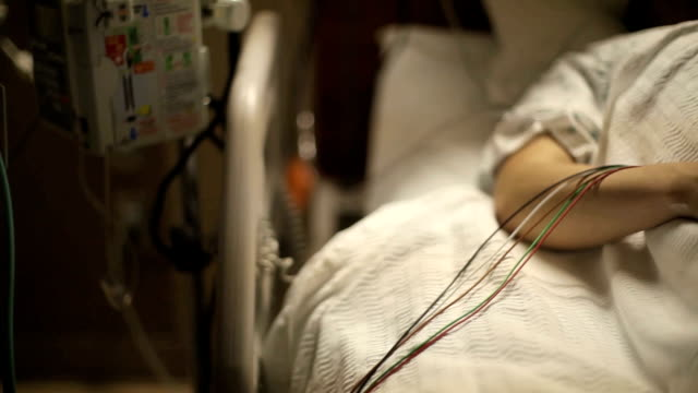hospital bed dolly shot wide - intensivvårdsavdelning bildbanksvideor och videomaterial från bakom kulisserna