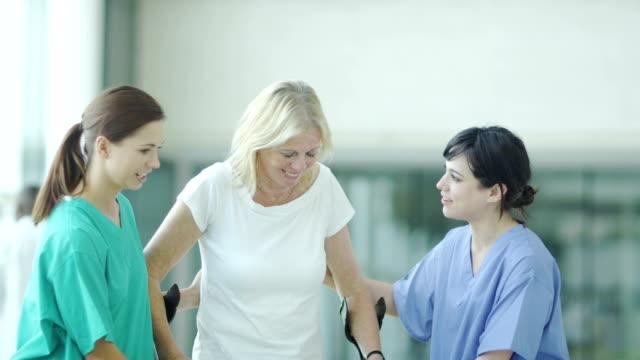 vidéos et rushes de personnel de l'hôpital de médecins et d'infirmières et patients - chirurgien