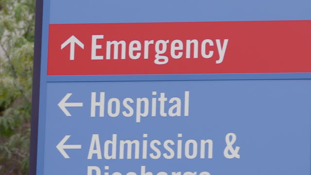 krankenhaus notfallaufnahme zeichen. - schild stock-videos und b-roll-filmmaterial