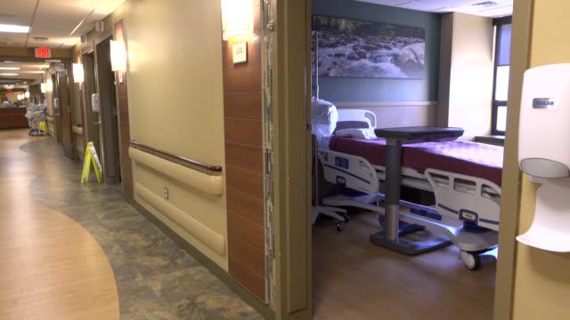 corridoio di ospedale - ambulatorio medico video stock e b–roll