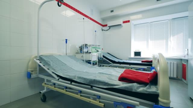 stockvideo's en b-roll-footage met ziekenhuisafdeling tijdens pandemie. coronavirus, covid 19 concept. - ventilator bed