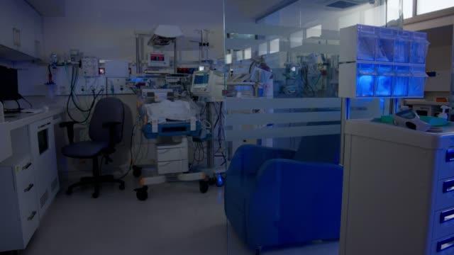 sjukhusavdelningar för för tidigt födda spädbarn med ultraviolett belysning - intensivvårdsavdelning bildbanksvideor och videomaterial från bakom kulisserna