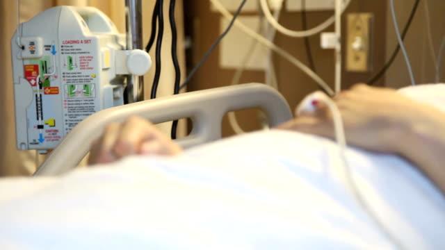 hosptial bed hands - intensivvårdsavdelning bildbanksvideor och videomaterial från bakom kulisserna