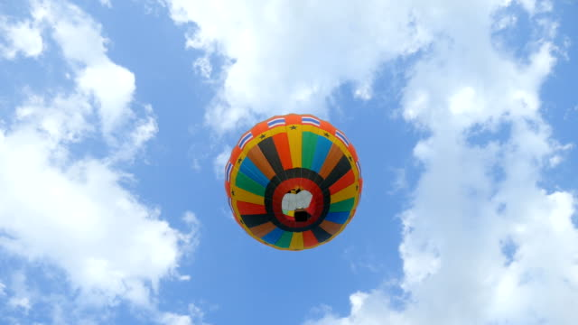 mavi gökyüzüne karşı sıcak hava balonu, düşük açı görünümü - balon stok videoları ve detay görüntü çekimi