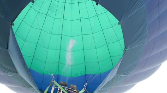 sıcak hava balonu. alev arka plan helyum yüksek blimp gökyüzünde zarfta içine yönlendiren yazıcı - zeplin stok videoları ve detay görüntü çekimi