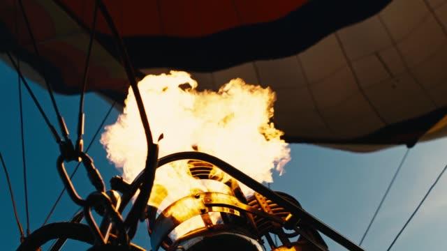 sıcak hava balonu. yangın patlamaları. yavaş mo - zeplin stok videoları ve detay görüntü çekimi