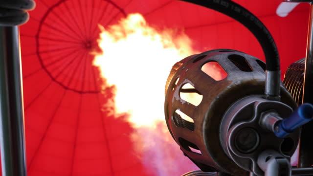 4k: sıcak hava balon alevler gelen altında (yavaş) - balon stok videoları ve detay görüntü çekimi