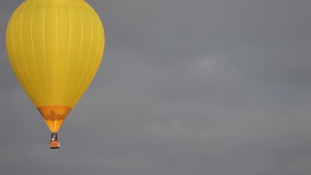vídeos de stock, filmes e b-roll de balão de ar quente de fantasia voando - plano médio