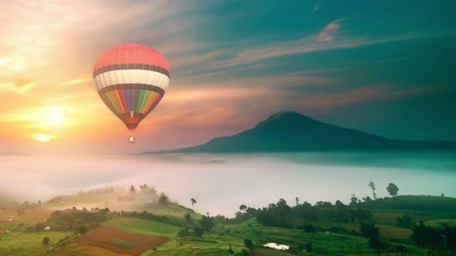 doğada sıcak hava balonu yolculuğu - balon stok videoları ve detay görüntü çekimi