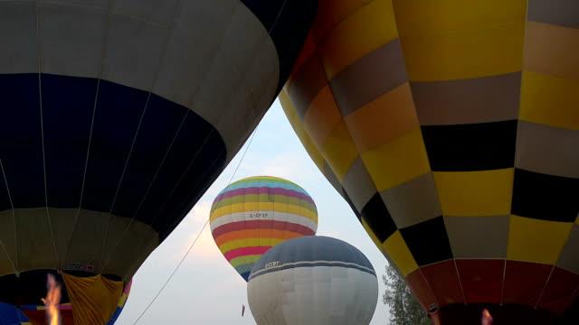 sıcak hava balonları mavi gökyüzünde - zeplin stok videoları ve detay görüntü çekimi
