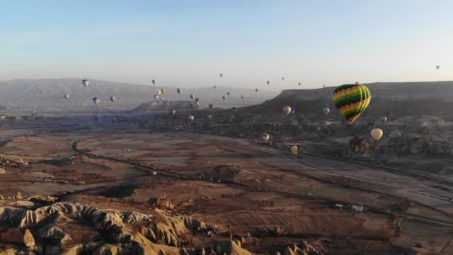 heißluftballons in kappadokien - zentralanatolien stock-videos und b-roll-filmmaterial