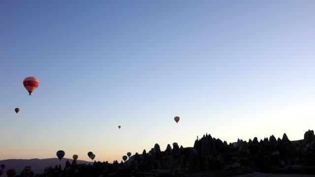 heißluftballon in der luft von der tal in kappadokien - zentralanatolien stock-videos und b-roll-filmmaterial