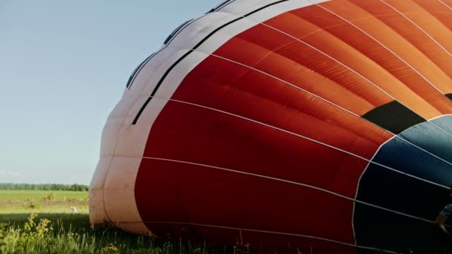 hava balonuna sıcak hava yanıyor. uçuş sırasında - bunsen beki stok videoları ve detay görüntü çekimi