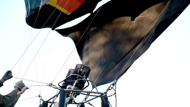 hot air powering air balloon - bunsen beki stok videoları ve detay görüntü çekimi