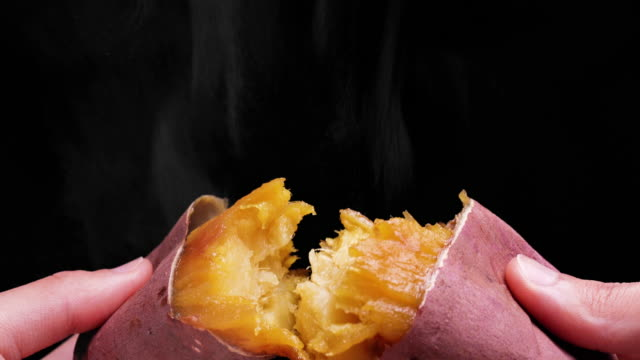 vídeos de stock e filmes b-roll de hot baked sweet potato - comida asiática