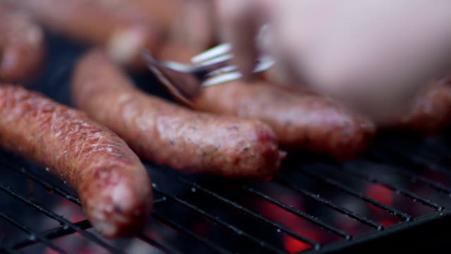 stockvideo's en b-roll-footage met hot barbecue sausage - stock footage - worst
