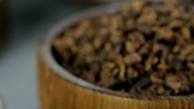 vídeos y material grabado en eventos de stock de té de cacao caliente. té de hierbas de chocolate caliente recién hecho de escamas de cacao, que es rico en flavonoides y antioxidantes, servido en vasos, fondo oscuro selective focus. - antioxidante