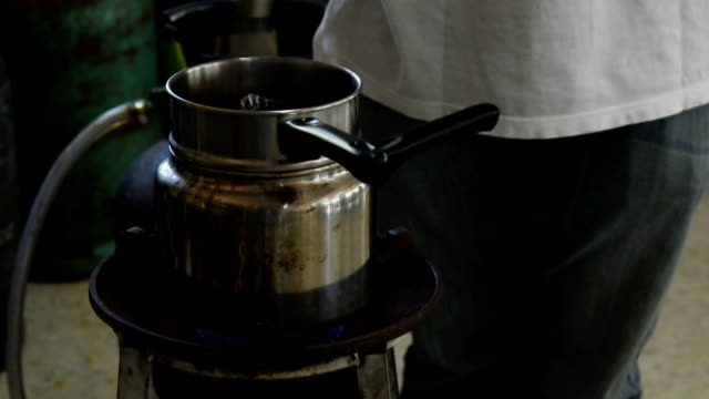 vídeos de stock e filmes b-roll de chocolate quente - teobroma