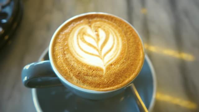 heißer kaffee kunst entspannen zeit - milchkaffee stock-videos und b-roll-filmmaterial