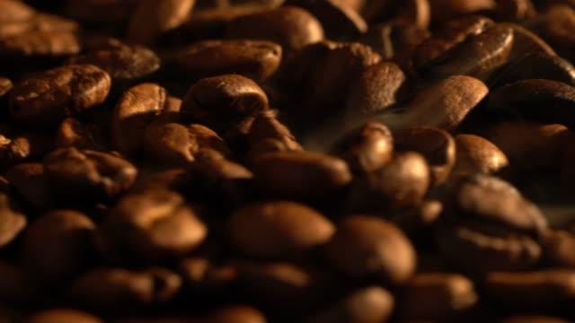 heißen kaffee-bohnen mit rauch - rohe kaffeebohne stock-videos und b-roll-filmmaterial