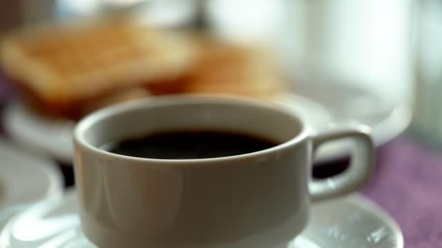 ホットコーヒー (朝食付き) - ソーサー点の映像素材/bロール