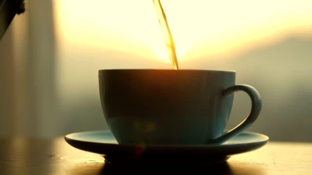 vídeos y material grabado en eventos de stock de café caliente vertiendo en la taza - café negro