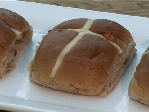 hot kreuz brötchen 3 - religiöses symbol stock-videos und b-roll-filmmaterial